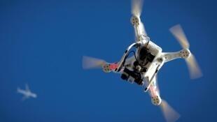 Un avion vole au-dessus d'un drone dans le ciel de Brooklyn, à New York, le 1er janvier 2015.