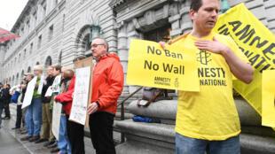 اعتراض کنندگان علیه فرمان مهاجرتی ترامپ روز هفتم فوریه در برابر دادگاه سان فرانسیسکو.