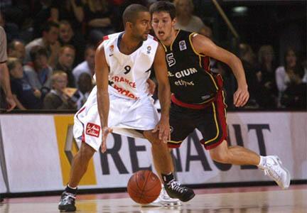 Tony Parker face au Belge Sam Van Rossom lors des éliminatoires de l'Euro 2009.