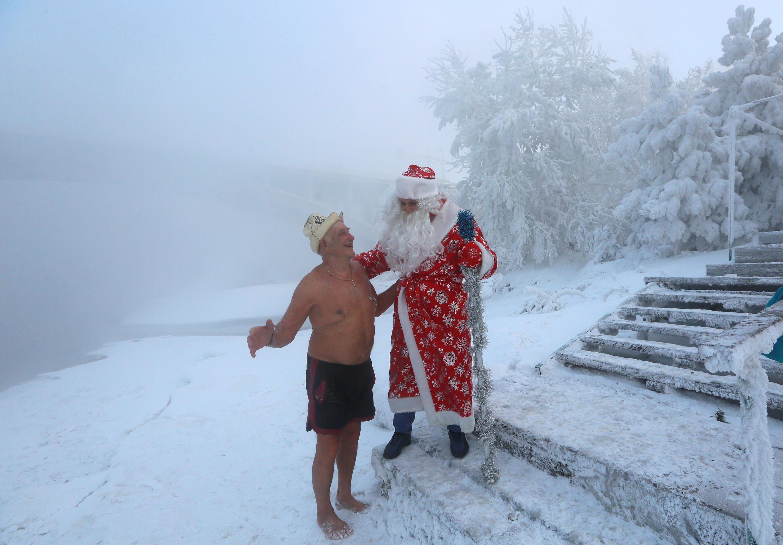 Ded Moroz, ông già Noel của Nga, chúc mừng một thành viên của Cryophile, CLB tắm trong nước lạnh mùa đông, bên bờ sông Yenisei, ở Krasnoyarsk, ngày 30/12/2018.