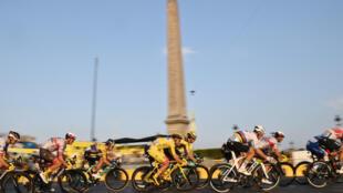 Le peloton du Tour de France, ici lors d'un passage sur la Place de la Concorde à Paris, le 20 septembre 2020, comptera une équipe supplémentaire pour l'édition 2021