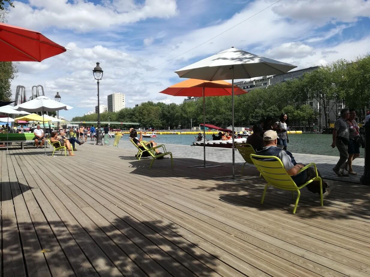 Locales y turistas se relajan en uno de los espacios de 'Paris Plages'.