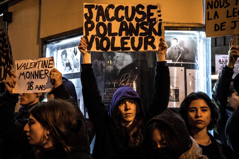 """Manifestantes protestam diante de cinema em Paris na pré-estreia do filme """"J'accuse"""", de Roman Polanski."""