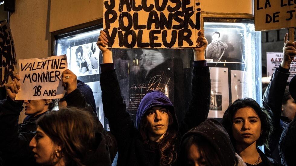Des manifestants tiennent des banderoles sur lesquelles est écrit: «J'accuse».