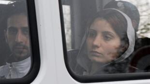 Imigrantes curdos são transferidos ao centro de detenção de Cornebarrieu, em Toulouse.