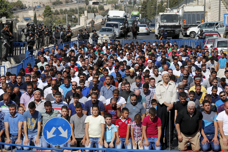 巴勒斯坦人在以色列警方监督下在东耶路撒冷阿拉伯人居住地祈祷