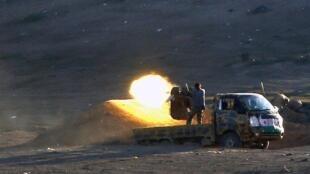 Des combattants kurdes affrontent les éléments du groupe Etat islamique dans l'ouest de Kobane, le 4 novembre 2014.