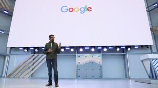 Le PDG de Google, Sundar Pichai, prononce le discours d'ouverture de la conférence Google I / O 2018 au Shoreline Amphitheatre le 8 mai 2018 à Mountain View, en Californie.
