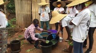 Les participantes apprennent à faire une solution naturelle pour chasser les insectes ravageurs.