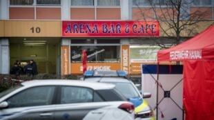 """مأمورین امنیتی آلمان در کنار یکی از  دو کافهای که هدف تیراندازی فرد نژادپرست آلمانی در شهر """"هاناو"""" قرار گرفت. پنجشنبه اول اسفند/ ٢٠ فوریه ٢٠٢٠"""