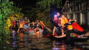 As equipes de resgate buscam neste sábado (23) dezenas de desaparecidos no sul das Filipinas.