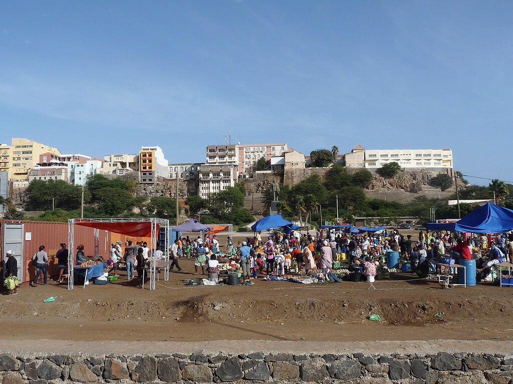 1024px-Praia-Plateau