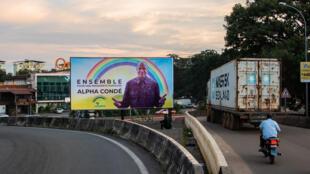 Affiche de campagne du président de la République Alpha Condé à l'entrée du centre-ville de Conakry, le 18 septembre 2020.