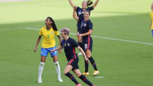 Megan Rapinoe, en el frente, en el triunfo de su selección estadounidense ante Brasil 2-0 en duelo disputado este domingo en Orlando por la Copa  SheBelieves