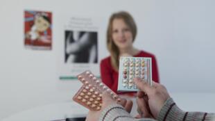 A ministra francesa da Saúde, Marisol Touraine, decretou o fornecimento gratuito em farmácia de pílulas anticoncepcionais para jovens de 15 aos 18.