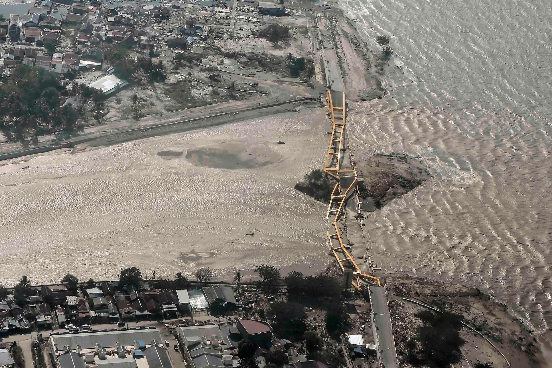 El temblor y el paso de la ola del tsunami destrozó un puente en Palu, (Sulawesi), Indonesia.