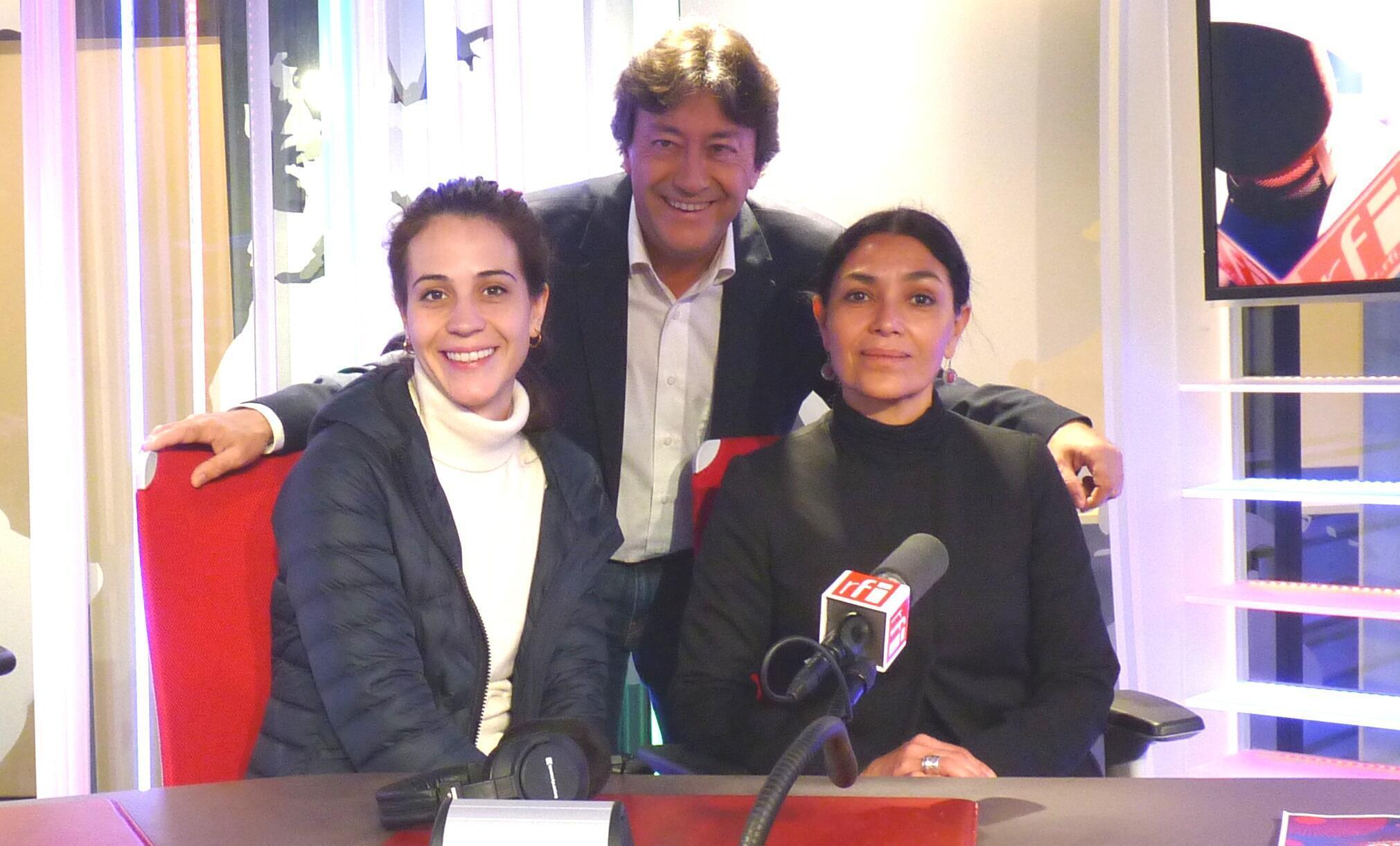 Cassandra Ciangherotti y Dolores Heredia con Jordi Batallé en los estudios de RFI