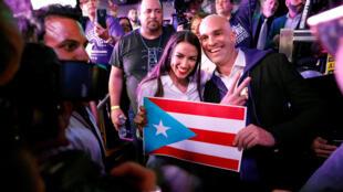 La demócrata Alexandria Ocasio-Cortez celebra su victoria en Nueva York.