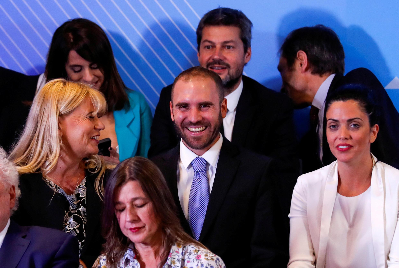 Martán Guzmán, ministro da Economia da Argentina (ao centro, de gravata azul), reage antes que o presidente eleito Alberto Fernandez anuncie seu gabinete antes de assumir o cargo em 10 de dezembro, em Buenos Aires, Argentina, 6 de dezembro de 2019.
