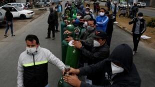 A Lima, au Pérou, file d'attente pour recharger des bonbonnes d'oxygène, le 25 juin 2020.