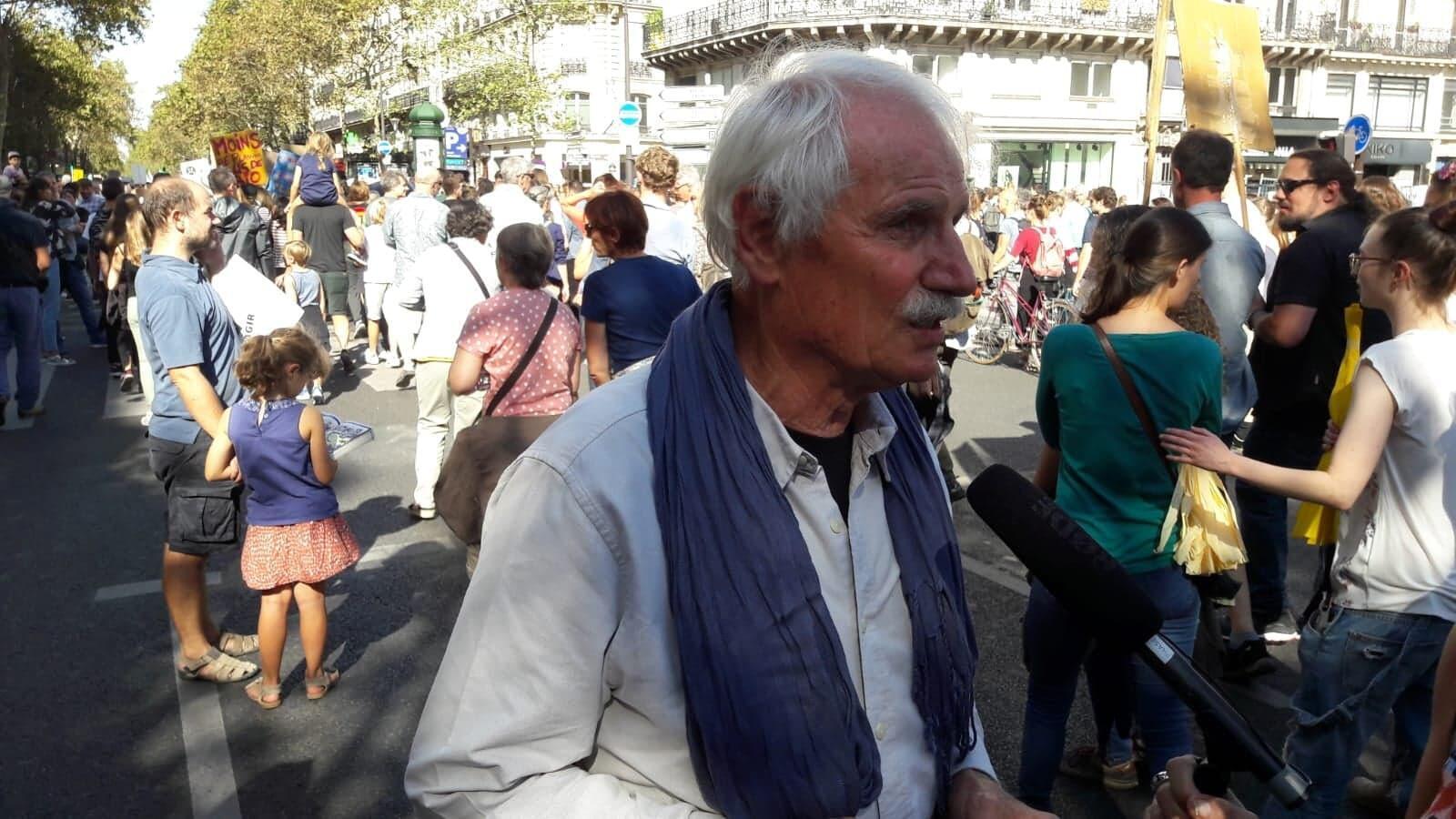 """Yann Arthus-Bertrand, fotógrafo, diretor, ecologista e autor do best seller """"A Terra vista do céu"""", durante a manifestação em Paris neste sábado, 8 de setembro de 2018."""
