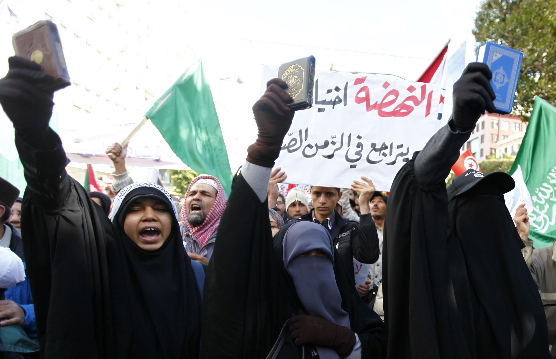 Des supporters du parti Ennahda brandissent le Coran lors de la manifestation de Tunis, le 16 février 2013.