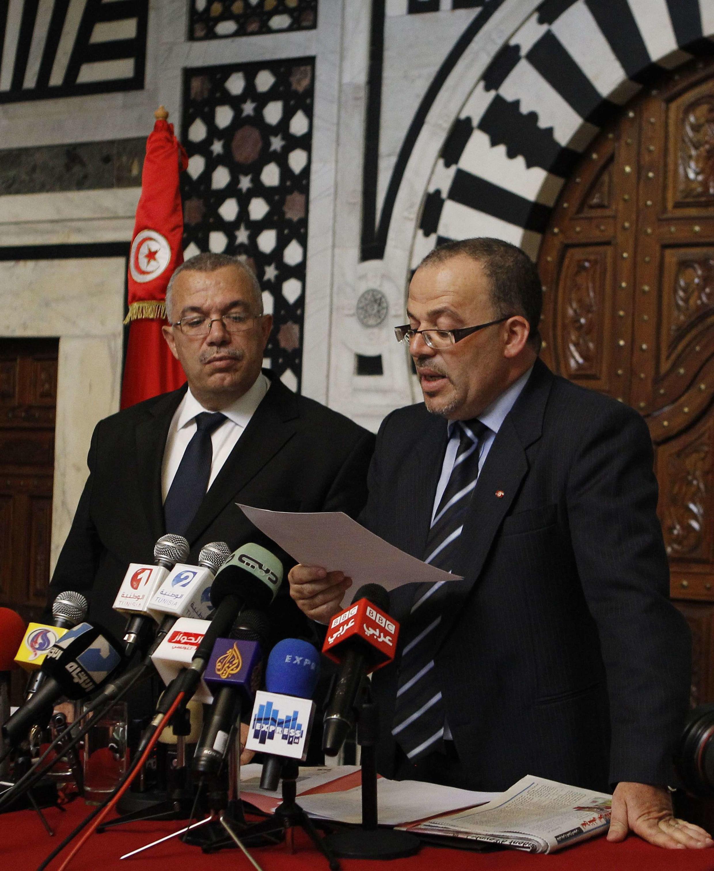 Le ministre tunisien de la Justice, Noureddine Bhiri (g) et le ministre des Droits de l'homme Samir Dilou (d), lors d'une conférence de presse à Tunis, le 25 juin 2012.