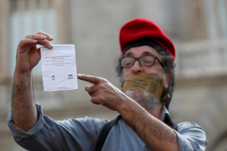 Мужчина с бюллетенем для голосования на прошедшем накануне референдуме, Барселона, 2 октября 2017.