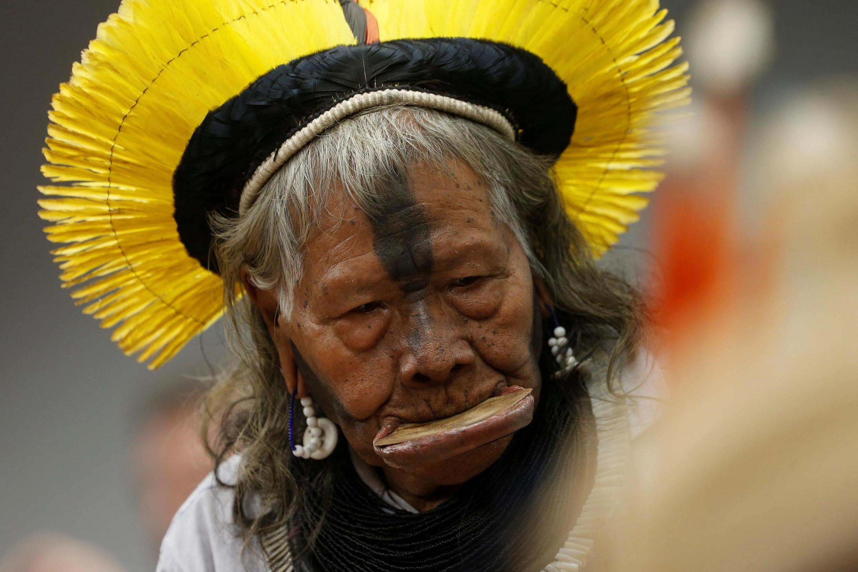 Raoni Metuktire, líder da etnia indígena brasileira Kayapo, está em turnê pela Europa para alertar sobre o desmatamento na Amazônia.