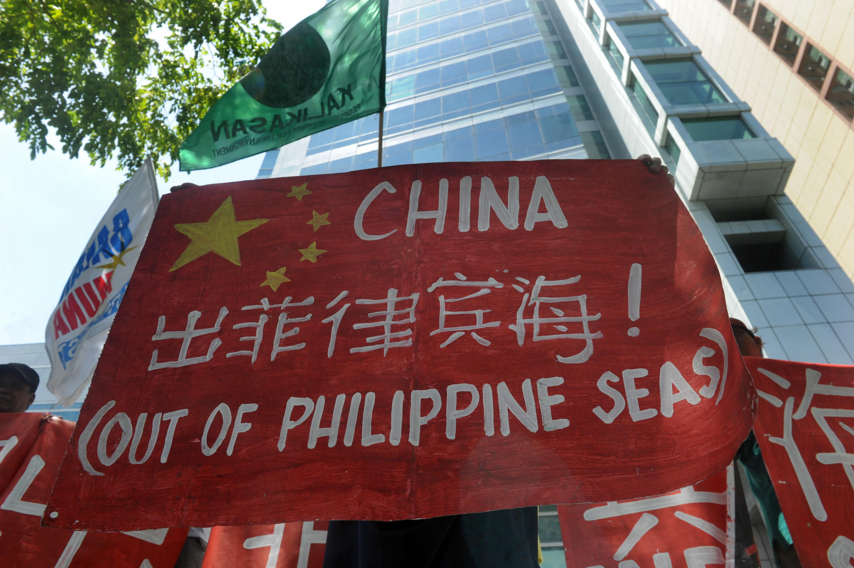 Biểu tình trước sứ quán Trung Quốc tại Manila phản đối việc Bắc Kinh bồi đắp đảo nhân tạo - AFP /Jay Directo