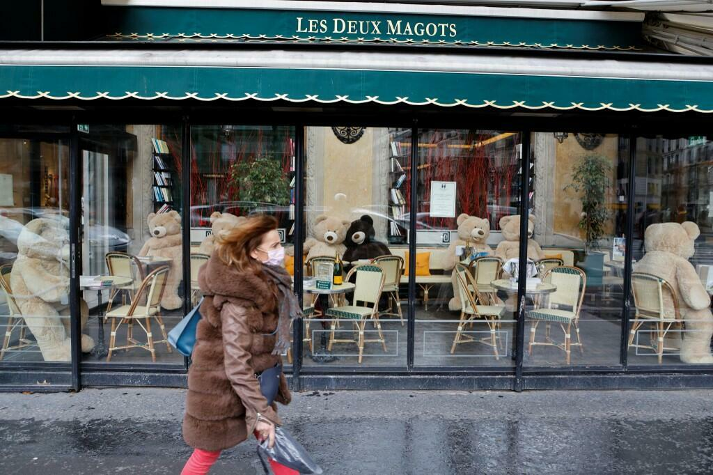 Une brasserie parisienne fermée