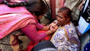 شیون یکی از نزدیکان قربانی الکل تقلبی در پاکستان