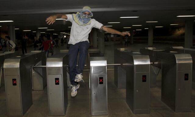 Manifestante pula catraca no metrô de Brasília, 19 de junho de 2013.