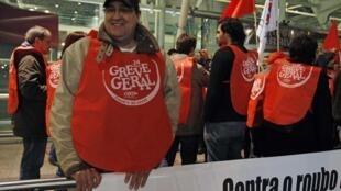 Grevistas fazem piquete no aeroporto de Lisboa.