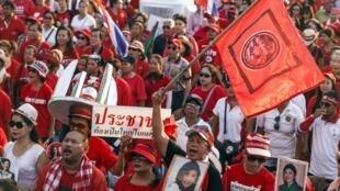Rassemblement de «chemises rouges» dans les faubourgs de Bangkok pour défendre la démocratie et s'opposer au coup d'Etat dont ils accusent leurs adversaires. Photo datée du 10 mai 2014.