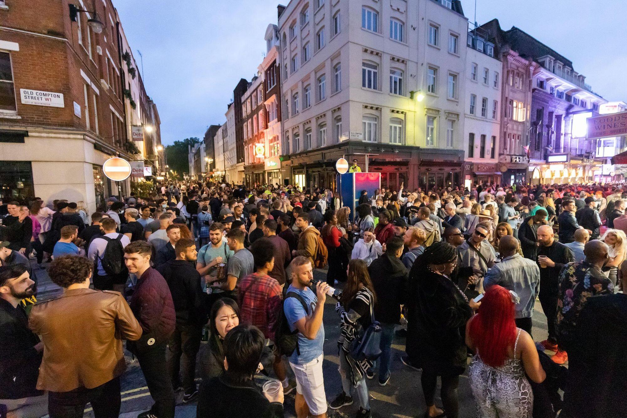 La foule a envahi les rues de Soho samedi, jour de la réouverture des bars et restaurants au Royaume-Uni. Encouragée à sortir par le gouvernement, pour aider le secteur des services.