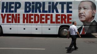 El rostro de Recep Tayyip Erdogan, omnipresentes en estas elecciones turcas.