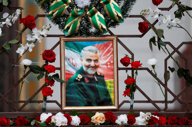 伊朗指揮官蘇雷曼尼畫像周邊不滿鮮花 2020年1月10日