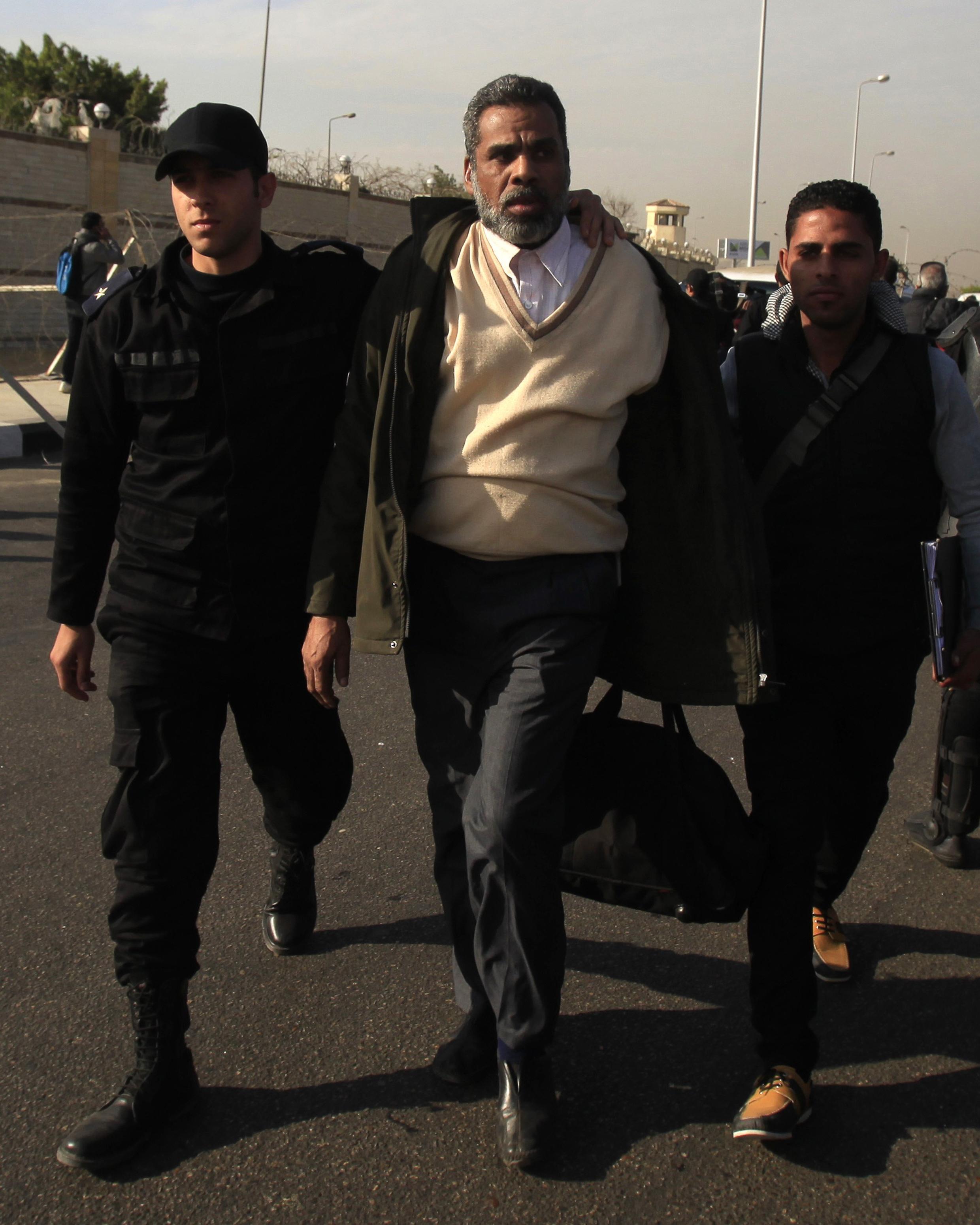 Partisan des Frères musulmans délogé par la police égyptienne lors d'un rassemblement pro Mohamed Morsi, le 8 janvier 2014 au Caire