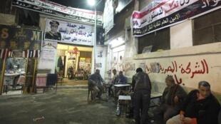 Cartazes de Abdel Fattah al-Sissi nas paredes do bairro Gamaliya au Caire.
