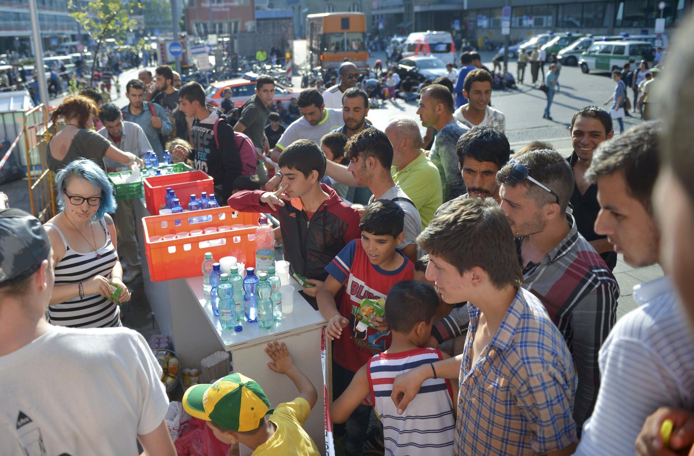 Distribución de alimentos y agua el 1 de septiembre de 2015 cerca de la estación de trenes de Múnich.