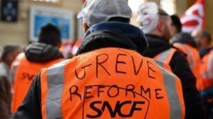 Des cheminots grévistes à la gare Saint-Charles à Marseille, le 4 avril 2018.