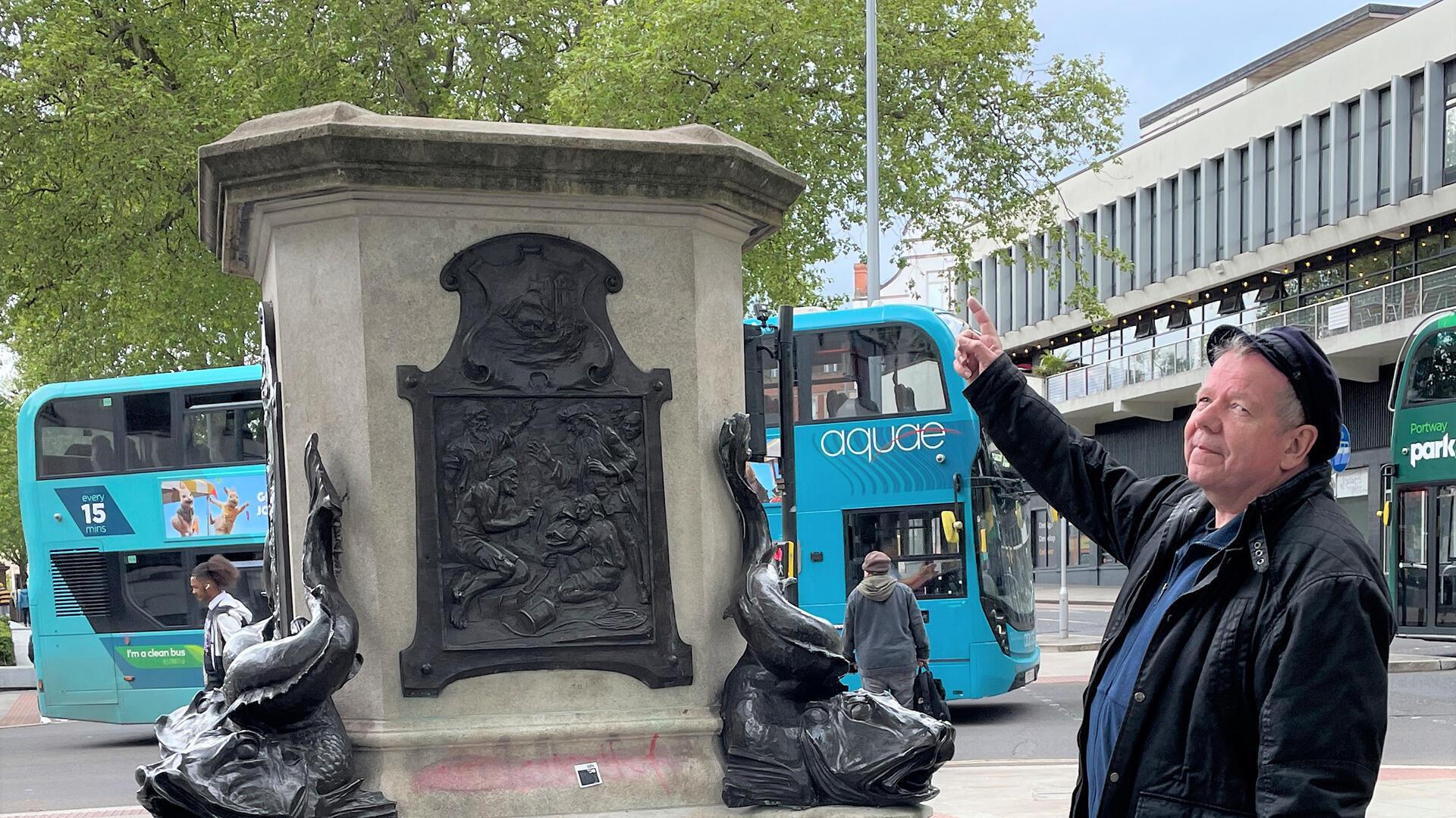 Mark Steel, co-auteur du livre «From Wulfstan to Colston» devant le socle de la statue du marchand d'esclaves Edward Colston, déboulonnée par les manifestants en juin 2020.