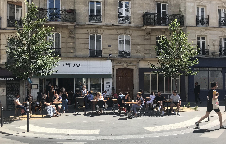 Parisienses voltas às esplanadas