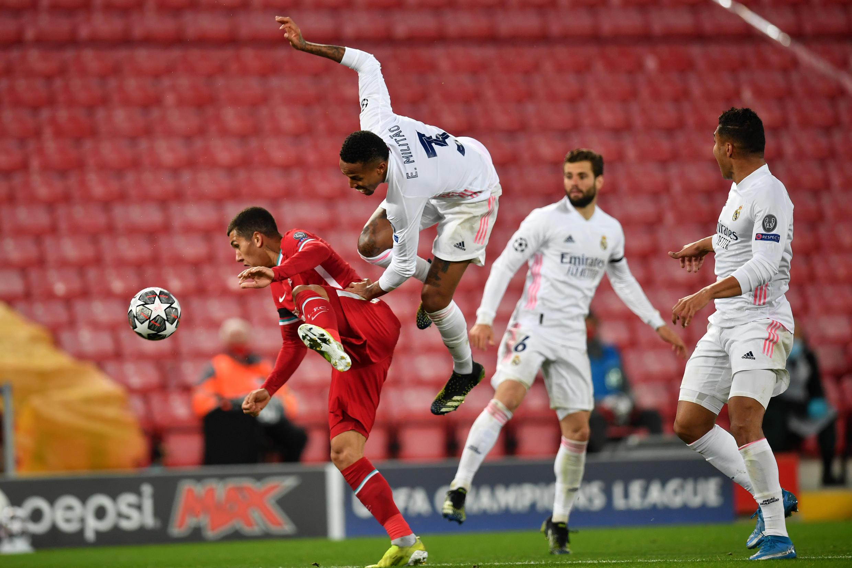 Eder Militao salta sobre Roberto Firmino en presencia de Nacho y Casemiro (dcha) durante el partido de la Liga de Campeones entre el Liverpool y el Real Madrid disputado el 14 de abril de 2021 en la ciudad inglesa
