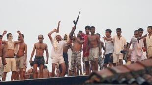 Des détenus sont montés sur le toit de la prison pour tirer des heures durant sur les soldats et la police.