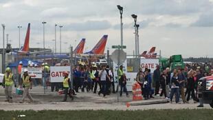 Das passagers et des employés de l'aéroport de Fort Lauderdale quittent le terminal après la fusillade qui a fait 5 morts ce vendredi 6 janvier.