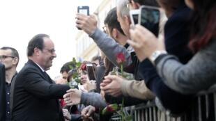 L'ancien président François Hollande lors de son arrivée au siège du parti socialiste, ce dimanche 14 mai.