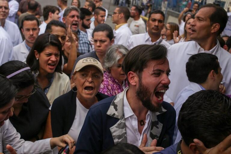 Các nhân viên y tế Venezuela biểu tình trước bệnh viện Miguel Perez Carreno ở Caracas ngày 11/03/2019
