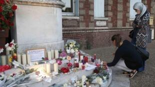 Devant la mairie de Saint-Etienne-du-Rouvray, les hommages de la population locale, toutes religions confondues, aux victimes de l'attaque de l'église mardi 26 juillet, se sont multipliées hier.e